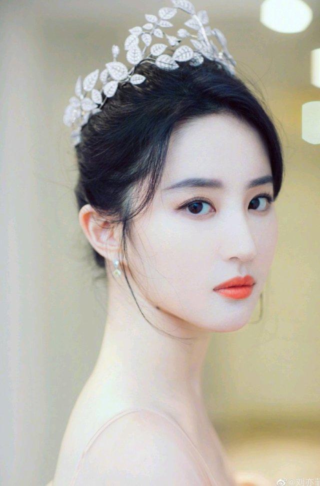 """个人感觉刘亦菲和""""性感""""无关,她有着神仙容颜,但却是一张地道的""""禁欲系""""的脸,无论何时总透着清醒、冷静、疏离和抑制,那张脸上看不到凡俗气,所以她才是""""刘天仙""""。"""