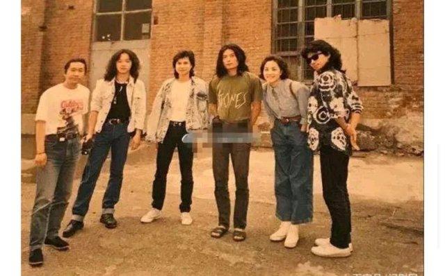 我好喜歡詠梅啊,《小歡喜》里面的劉靜演實在太好了,氣質超贊,而且她老公以前是黑豹樂隊的,沒想到吧,年輕時候的詠梅也是相當叛逆,不愿意要孩子,喜歡搖滾樂,90年代初期,她聽朋友說有一支黑豹樂隊,詠梅專門去聽了一次黑豹樂隊的現場,想不到就此愛上了搖滾樂。詠梅還成為了黑豹經典歌曲《Don't Break My Heart》MV中的女主角,此后便認識了如今的老公黑豹樂隊的主唱欒樹,都知道黑豹樂隊的輝煌與竇唯是分不開關系的,當竇唯離開之后,原本還是鍵盤手的欒樹也就成為了該樂隊的主唱,直到1994年,他也選擇離開了黑豹。大家都知道王菲和竇唯,其實王菲欒樹也有一段故事,分手后詠梅跟欒樹在一起,兩人的婚姻也一直持續到現在,對于這一段感情,詠梅和欒樹也幾乎不怎么向外界炫耀,倆人也沒要孩子。