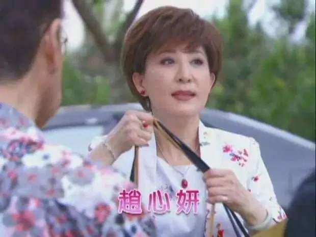 这名61岁的女明星赖青畇,原名叫赵倍誉,上一个艺名叫赵心妍,曾经九度更换艺名,常年在台湾综艺中大聊自己的婚史。在嫁给第二任丈夫之后曾隐退娱乐圈一心照顾家庭,因家中经济吃紧搬家时没钱请工人,怀孕的赖青畇亲自上阵结果因太过劳累而流产。丈夫在婚后露出真面目,不但家暴还出轨,对象是有夫之妇,赖青畇称对方的丈夫曾找上门要求交换伴侣,吓得她连连拒绝。这种情节只在小说中看过,没想到还出现在明星身上,台湾娱乐圈果然到处是宝藏[汗]