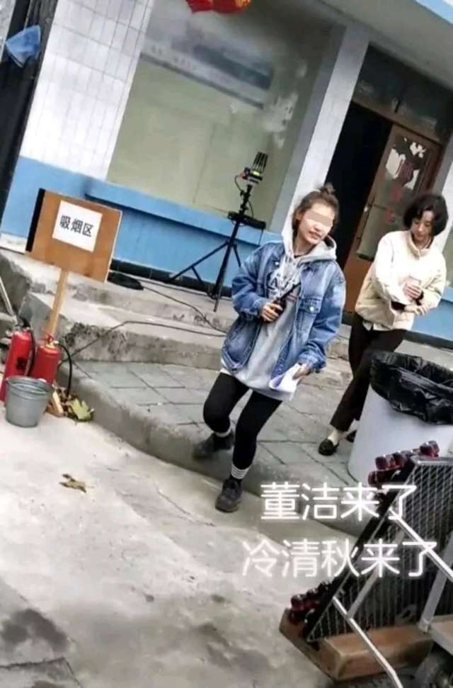 近日,有网友在片场偶遇39岁的董洁现身拍戏,从图中可以看到,董洁穿着米色棉袄,搭配黑色宽松裤子,黑色平底鞋,新剪的短发十分吸睛。
