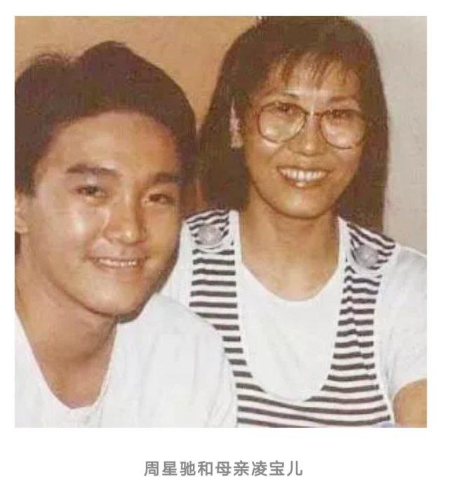 """周星驰情史——初恋!有时候,你以为只是错过了一个人,其实你错过的是整个人生。《盖世豪侠》迅速风靡全港,周星驰那句""""饮杯茶,Ya个包""""的台词一时间成为了全香港的流行语,而周星驰也成为人人口中谈论的""""星仔""""。周星驰的初恋,也在那时候发生。1989年,一个叫罗慧娟的姑娘,让26岁的周星驰心神荡漾。罗慧娟23岁,鹅蛋脸,秀气伶俐,性格温和,像极了年轻时,周星驰的母亲,21岁时,差一点成了87年的港姐。《盖世豪侠》中,两人有很多对手戏,经常一起对剧本。周星驰站着演,表情、动作都很夸张,罗慧娟就捧着脸,坐在椅子上看,常常被逗得笑出声。对完剧本,罗慧娟下楼买菜,买来猪肉,青椒,芥菜苗,炒几个小菜,周星驰爱吃面,她煮一大锅,两人分着吃。周星驰叫她娟妹,去美国拍《龙在天涯》时,买了两个一模一样的大哥大手机,作为定情信物,送给罗慧娟。罗慧娟发疯一样地爱着周星驰,而年轻的周星驰,却爱得小心翼翼。他把这段感情藏起来,请求拍到他们约会照片的狗仔:求求你们,千万不要把这件事说出去。不久前,有一对明星恋人恋情曝光,当即被TVB雪藏,大好前程就此断送。刚刚从一个一文不名的龙套演员,成为小有名气的明星,周星驰不敢冒险。于是,这段躲躲藏藏的感情,在三年后,走到了尽头。"""