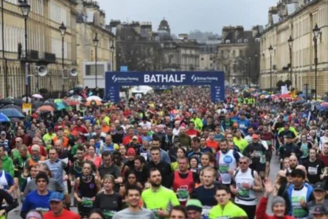 这边数千人聚集参加演唱会唱罢,那边又六千余名选手两万余人观众的马拉松比赛又粉墨登场,狂放不羁爱自由的英国人无所畏惧啊!真是让人大跌眼镜!群体免疫计划这就开始了吗?