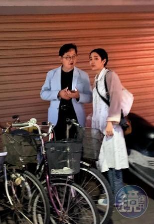 近日,台媒曝26岁女星温贞菱潜规则知名导演曹瑞原。当天她先接受了一个专访,工作结束在晚上6点换上朴素的衣服,在家门口一边讲电话,一边四处张望等人,而中国台湾地区知名导演曹瑞原出现,两人开心聊了聊天,便一起回到了温贞菱的家中。其实他们一起合作了多次,温贞菱最近出演的大戏女主角,导演就是曹瑞原。这部剧投资预算超过一亿,却启用了与剧中人物极不相符的温贞菱当女主。此外温贞菱有一个交往5年的公开男友,在带导演回家的3天后,温贞菱还带了男友回家,感情依然稳定,所以这是除了潜规则还出轨了?