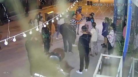 """这不就是""""你瞅啥?""""""""瞅你咋地!""""的现实版吗?只因在人群中多看了你一眼,一大群女孩子在街头大混战,扯下的头发掉落一地,还惊动了警方!"""