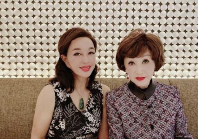 别人都靠修图显年轻,刘晓庆修图太过火,实在假的雷人。图片的修图和滤镜痕迹太明显了,刘晓庆不但脸蛋变小了,五官的轮廓在十级美颜滤镜下也变得不清晰,脸部太不真实,乍一看还以为是个皮娃娃!容颜衰老是自然规律,哪里是人可以改变的,毕竟67岁了也要服老。即便是再美丽的人也要向岁月服老。不过刘晓庆已经保养得很好了,也算最大程度地延迟了衰老了吧!