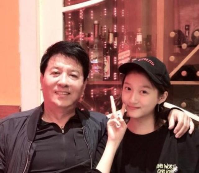 关晓彤作为国民闺女,从小就演戏,关晓彤四岁的时候,就演了自己父亲拍摄的《烟海浮沉》,关晓彤的父亲是著名演员,爷爷是北京琴书的创办人,从小关晓彤就是在文艺之家长大。起点还是比较高的,小小年纪就和陈凯歌合作《无极》!之后长大了,也一直和著名的演员搭戏,16岁时,关晓彤先后在电视剧《大丈夫》和《一仆二主》中饰演王志文和张嘉译的闺女,后来在《好先生》中和孙红雷搭戏!这几部电视剧都是比较受欢迎的!更何况还是鹿晗女朋友!有人不认识关晓彤确实不太正常!