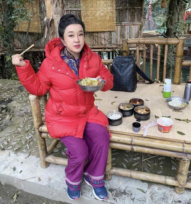 老?67岁保养成这样已经很不错了[嘿嘿][嘿嘿][嘿嘿]刘晓庆是一位杰出优秀的演员,也是最富盛名的电影明星。她的成名不是偶然的。她经历过文革,下过乡,几经磨难,励精搏斗终于冲出头。如今她是国家一级演员,中国作家协会会员。代表作有《小花》《风华绝代》、《武则天》、《火烧圆明园》、《垂帘听政》、《芙蓉镇》、《春桃》、《大太监李莲英》等。2002年她曾因偷税漏税被拘押,金额高达一千四百五十八万元人民币,2003年,刘晓庆获得好友姜文帮助保释出狱。那个年代就那么有钱,怪不得能上《福布斯》杂志的富豪榜第四十五位。娱乐圈明星要引以为鉴,如实纳税,做好榜样。