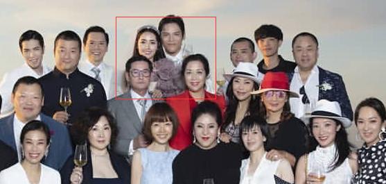 没人注意郭碧婷向佐前面、郭爸爸旁边那么重要的位置站了一个面容姣好的红衣女士吗[吃惊]以前可从来没见过郭妈妈出现,难不成这是郭妈妈?