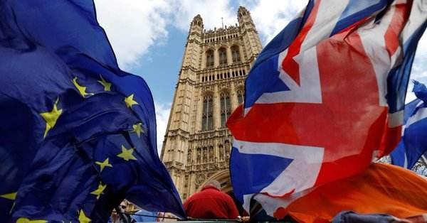 """10月31日,蓝底黄星的欧盟旗帜依旧在伦敦上空飘扬,英国没有""""脱欧"""",约翰逊上任后的豪言并未兑现……此前一天,英国议会下院投票通过了英国政府提出的一项法案,同意在12月12日提前举行大选。该议案将提交给女王进行批准。接下来的6周,什么都有可能发生。即使对于行情看涨的保守党,此次大选也意味着一场豪赌。不知约翰逊再次承诺的未来几周内完成脱欧能否实现。"""