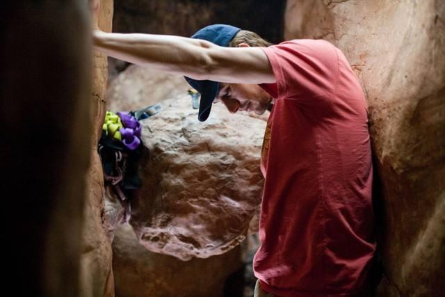 想起真人真事,一个美国攀岩爱好者手臂被卡在石头中了,被困了几天几夜,最后用一把山寨瑞士军刀硬生生的给自己胳膊切下来了,这就是求生的力量。后来被拍成了电影127小时。这人被美国当地媒体称之为超人,不过跟16枪小哥比简直不值一提。