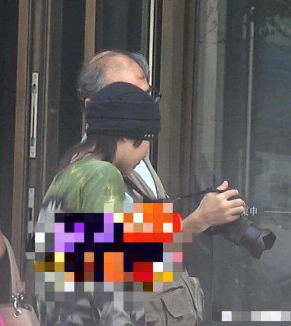 """窦靖童抽烟过程中,一位老大爷一直拿着相机对着她拍照,应该就是传说中蹲点街拍的""""摄影师""""。中途窦靖童似乎发现身后的大爷,也没有制止,还笑了起来,十分豪爽。拍完照后,她甚至还和大爷一边聊天一边一起欣赏拍的照片,性格超好,平易近人的样子非常可爱。"""