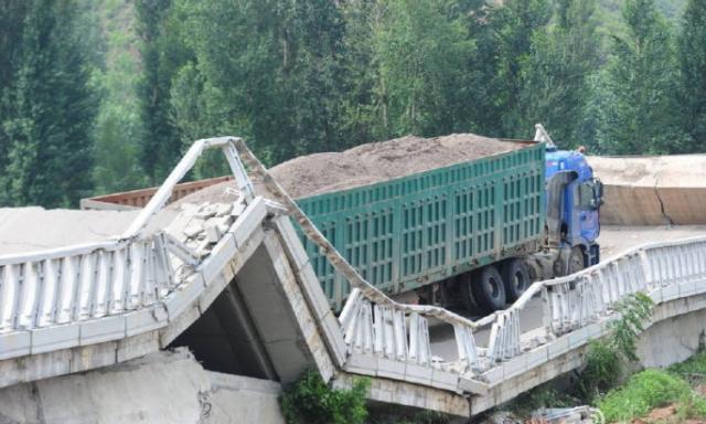 看看六轴、高护栏的沙土车的战斗力早年北京的,6轴、高帮、满载沙土,160吨,单车KO一座老桥(白河桥),司机被起诉赔偿1500万:早年太原的,6轴、高帮,装载矿粉,单辆183吨,KO一座老桥(东柳林桥)。估计司机还在奇怪:为啥以前拉满煤炭(七八十吨),桥都不塌,这次拉满矿粉(什么,一百八十吨?)就塌了:2012年哈尔滨的:装满石灰,三打一,估计400吨,干翻一座新桥最新的四打一,压垮粤赣高速一座新桥,瓷土比较轻,单辆才100吨,也是扎堆送死: