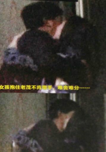 2012年,朱时茂和年轻女演员在地下车库激吻,当时朱时茂说他和女演员只是朋友。2017年,朱时茂再次被拍到和一名年轻女子拉手拥吻,事发后,朱时茂说媒体无中生有、损自己名誉。今年5月,朱时茂又被拍到手臂揽住一名美女的脖子,亲吻道别。真是老当益壮!