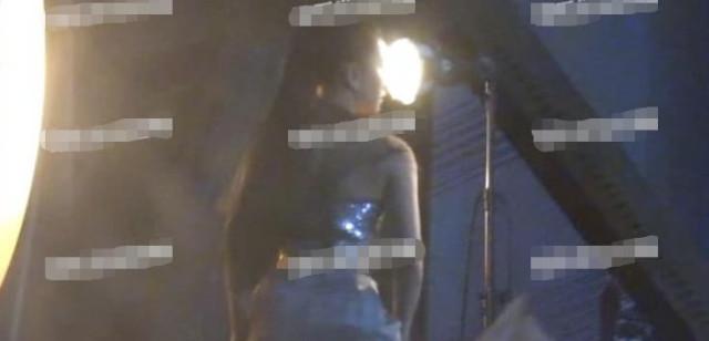 """刘亦菲极少有穿着如此""""性感""""的时候,更多时候""""神仙姐姐""""都喜欢把自己包裹严实。不知道是不是在为新电影《花木兰》拍宣传片,摆拍动作看起来都十分的干净利落,似乎又重现了当年""""神仙姐姐""""的美艳气质。"""