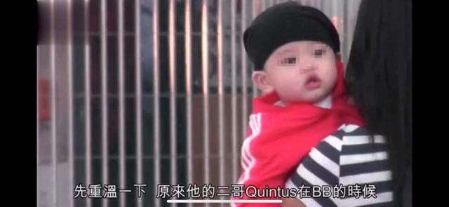 10月份,张柏芝曾在社交平台上晒过了三胎小王子的正面照,不过小婴儿时期还看不太清楚长相。不过不久前张柏芝一家出游,有记者在机场拍到张柏芝三儿子的正面照,白白胖胖十分可爱,而且和二儿子长得很像,果然一家子都是高颜值~