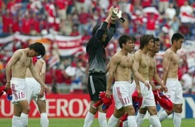 2000年中国踢关岛19-0好吗……米卢带队,曲圣卿打进5球,郝海东4球、宿茂臻3球,姚夏2球、李玮峰、马明宇、祁宏、李铁、申思各1球。看起来关岛这几年进步了不少。[奸笑]