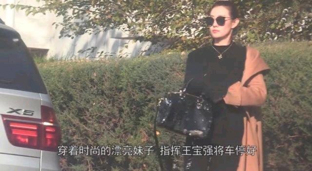 王宝强的这任新女友,曾获得过第60届世界小姐中国区总决赛泳装单项赛亚军的好成绩。学历很高,毕业于美国伯克利大学流行时尚市场管理专业,现任某公司执行董事。她今年32岁,比王宝强只小3岁。