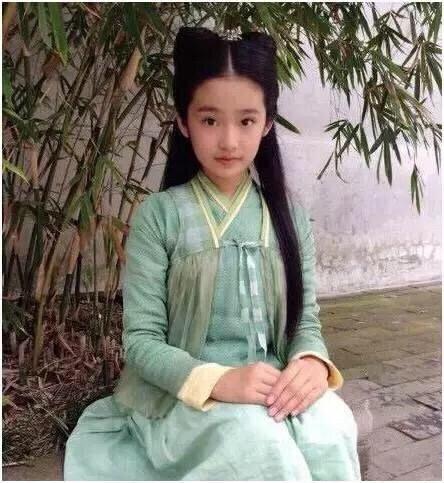 """国庆出游还是要注意安全啊!不过说到林青霞倒是想起了有位小妹妹和她神像,被网友戏称为林青霞的""""女儿"""",她就是柴伟,出生于2002年,是一个真正的后00年代的花。她虽然年纪不大,但实际上是个""""小歌剧骨"""",曾演出过许多影视作品。从7岁开始,从9岁开始,她开始在《步步惊心》中扮演承皇阁。这个孩子独特的鬼魂使她在剧组中的形象非常讨人喜欢,16岁时,他还出演了《倩月传》中的少女小倩月,无论是外形还是演技都令人信服。这两部戏很经典。事实上,在她8年的处女作生涯中,她已经演了大约20部戏,平均每年演3部,真是一个很有创造力的演员。如今她已经17岁了,人也越长越开,带着和女神一样优秀的外表、加上精湛的演技,未来可想而知,前途无量啊!"""
