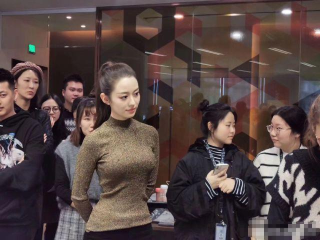 我的天呐!吉娜真的是我心目中的芭比!不仅长的那么芭比,身材也和芭比娃娃有的一拼啊!这胸和腰,我真的服。话说吉娜最近热搜上的可真不少,其实她本来在德国就是有名的钢琴家,只不过嫁给了中国钢琴家郎朗之后又上了一个综艺,在中国就火了!吉娜不仅身材好,性格又招人喜欢,今天也是吃吉娜和郎朗的柠檬的一天~