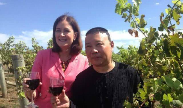 郭德纲早就投资了德云红酒,并入驻了澳大利亚墨尔本机场。据悉他在17年上线的葡萄酒,1500瓶原瓶原装酒瞬间被秒杀,可见德云社影响力之大。