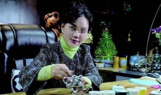 朱某在杭州时,饮食起居有助理和厨师,出门带保镖,经常坐价值300多万的乔治·巴顿越野车和100多万的奔驰轿车。落网时,朱某购买了10多部手机,隔一段时间就换一部,以免被查到。客厅墙上还挂着泰语音标,笔记本上也有她自学泰语的笔记,颇有在此长住的打算。在朱某还是老总的时候,是一个非常在乎形象的人,经常化着精致的妆容。但是在泰国曼谷的这半年多时间,朱某可以说足不出户,也不化妆,经常是24小时呆在屋子里,很寂寞。她不会说英语、在泰国也没有任何朋友,连日常生活的沟通都有困难,相比她以前算是生活落魄了。