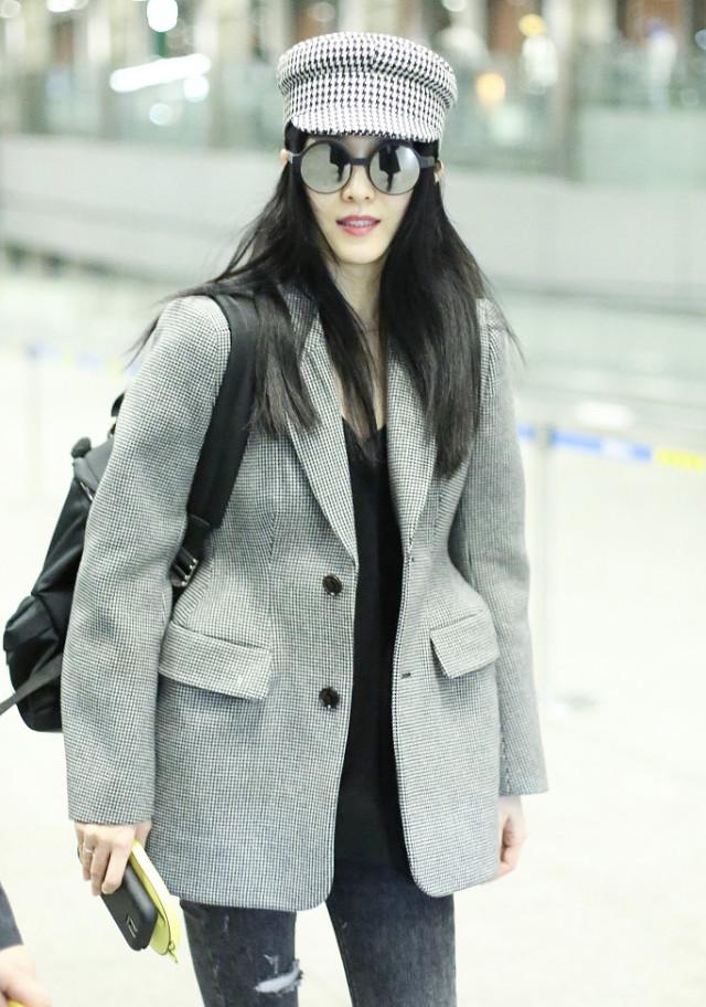 范冰冰的行程果然很公开啊,这边刚被拍到现身纽约,机场的照片就来了。10月9日她现身北京机场,和前一天被拍到纽约逛街看电影穿的是同一套衣服,看上去行程很匆忙,本以为这次出国是去拍戏的呢。此前她和高云翔主演的电视剧《赢天下》宣布重拍,男女主都换人了,花费将超6000万。
