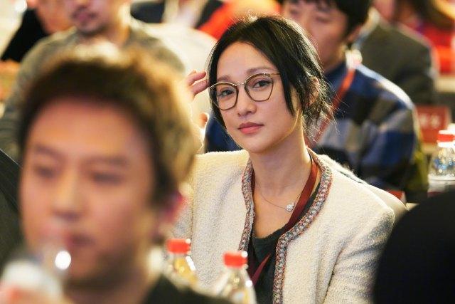 他老公肯定得独自旅游了,因为今天第五届中国电影新力量论坛在杭州举行,周迅、陈坤、陈思诚等近年来在电影创作中卓有成就的编剧、导演、演员、制片人齐聚一堂,商议中国电影在新时代的新目标和新任务。照片中的周迅戴着超级酷,完全一副认真听讲的好学生模样,不知道她明年有没有新作品出现呀