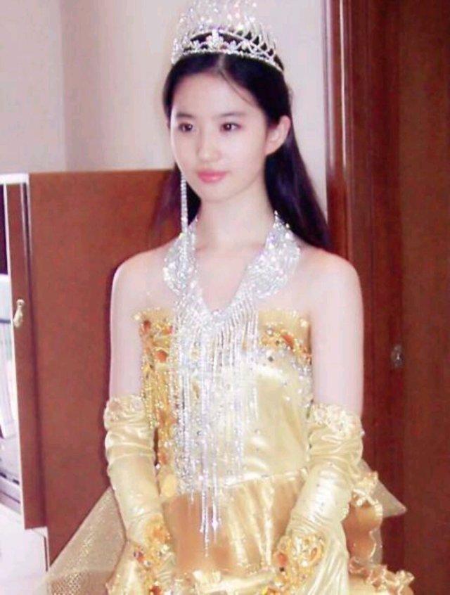 刘亦菲在19岁时期的时候就获得了非常大的成就,凭借《神雕侠侣》中小龙女这一角色,第一次当上了金鹰女神。从这我们就可以得知刘亦菲的实力有多强大了,因为迄今为止只有几位金鹰女神,而刘亦菲在19岁的时候就拿到了,这实在是太厉害了!看了刘亦菲当时的照片之后,不得不感叹她的美貌,实在是太漂亮了,这颜值简直击中了心脏!