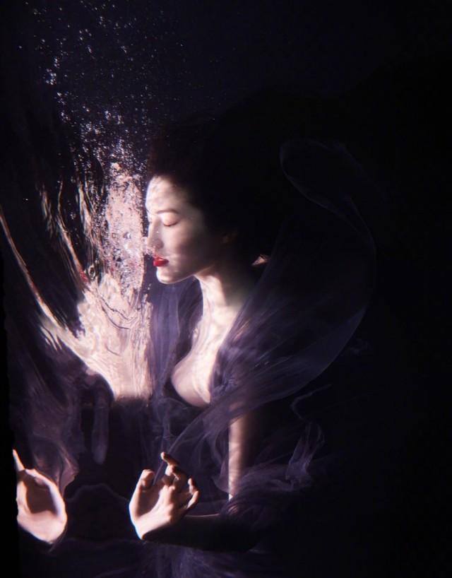 水中贵族再也不是百岁山了,而是何穗!这照片拍的也太有感觉了,和水浑然一体,好像是在水中绽放,在水中渲染,在水中脱俗,每一种颜色都是在这纯净的世界中的锋芒,果然气质超群呀,是我们的神仙姐姐呀,爱了!爱了!