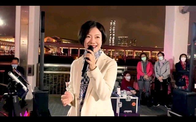 三月十六日,2019年《星光大道》总冠军龙婷在社交平台发布了街头首唱《天使在武汉》,为白衣天使加油,为武汉加油,为中国加油。冠军出道的她相较曾经同从《星光大道》出来的凤凰传奇、李玉刚、阿宝等人,的确没什么知名度。不过龙婷早期也是靠街头唱歌在快手积累了众多粉丝,重新回到街头唱歌,或是配资公司 所迫,亦或是重拾初心,再度出发。只要有梦想,身处什么境遇都不可怕。