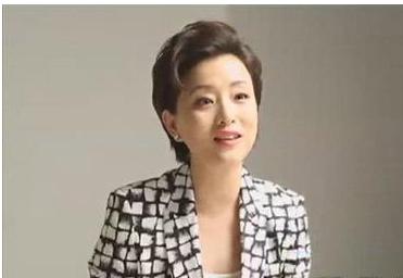 """杨澜也属于那种越老越有气质的人了,年轻时她看上去娇憨�""""。�剪了短发之后变得利落干练,怎样都是大美女,在不同的年纪有不同的美。"""