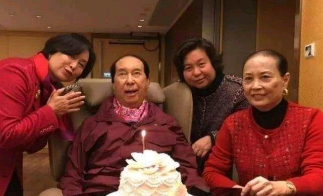 说到老婆多,那就不得不提金庸笔下的一个大人物――韦小宝,迎娶7个美若天仙的妻子成为人生赢家,而台湾老牌艺人雷洪也很不一般,曾同时拥有一妻五妾,其实很多人会困惑,像这种一夫多妻的制度不是早就随着社会的进步取消了吗?然而在如今的香港,还是有明星和除了妻子以外的女性保持着夫妻关系,最著名的就是赌王何鸿�隽恕5�其实早在上个世纪七十年代,港澳就已经取消了一夫一妻多妾制 ,所以要明白的是这不是妾而是豪门。