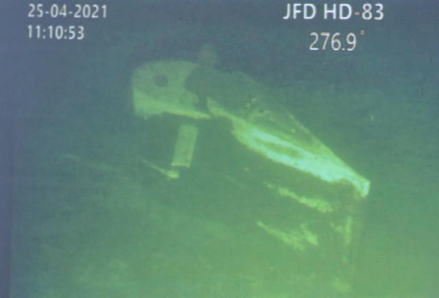 """恐怖!印尼潜艇沉没断成3截,海底影像首次传回,艇壳扭曲不成样。印尼国民军总司令哈迪称:""""根据现有的可靠证据,我们宣布'南伽拉'号已经沉没,所有船员已经死亡""""。""""南迦拉""""号潜艇已经断裂成3部分,其中有部分已经断裂到了850米的海沟,而这已经大大超过了潜艇250米的作战深度,印尼军方称巨大水压已经在挤压作用下撕裂了艇体,导致一些艇体内部的残骸从缝隙中浮出水面!据印尼军方和媒体称,""""南伽拉""""号常规动力潜艇并没有发生爆炸,因此和最初猜测的可能是在鱼雷发射过程中发生爆炸导致沉没的猜想不符合。与此同时,参与救援的印尼海军""""猎户座""""海洋调查船和新加坡海军""""快速""""号潜艇救援舰船也传回来了水下机器人拍摄的画面,让人们第一次看到这艘沉没多日的潜艇的状态!从反馈回来的时间看,是当地时间25日中午11点10分左右。两段画面右侧水深数字分别是276.9米和262.7米,这是水下机器人的深度,而潜艇应该是座沉的位置可能是300米左右。这段残骸是潜艇尾部的垂直舵面。如果潜艇断裂成了三段,那么这段还有幸保留在相对较浅的海底,因此水下机器人还能够进行探测。新加坡潜艇救援舰上的小型救援潜艇的工作水深也能够达到500米,但是,我们看到,坚固的垂直舵面已经扭曲,被巨大的水压挤得不成样子!掉落850米海沟中的艇体主舱段是什么下场可想而知。"""
