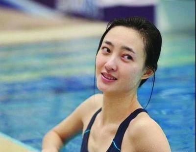 王丽坤身上最大的迷就是年龄,百度百科中她的出生年份从1979年改成了1985年,整整小了6岁。但是根据很早以前有过媒体报道王丽坤学艺经历,里面有提到王丽坤12岁被赤峰艺校录取,有过5年的舞蹈训练,然后在1998年于艺校毕业,那1998年王丽坤就是17岁,推算过去王丽坤的出生年份就是1981年。但2010年美人心计播的时候,百科里王丽坤的出生年份是1979年,然而后来又改成了1985年,而王丽坤本人从未回应过自己的真实年龄。无论如何,光看颜值的话王丽坤确实不像是个快40岁的人,毕竟素颜女神。