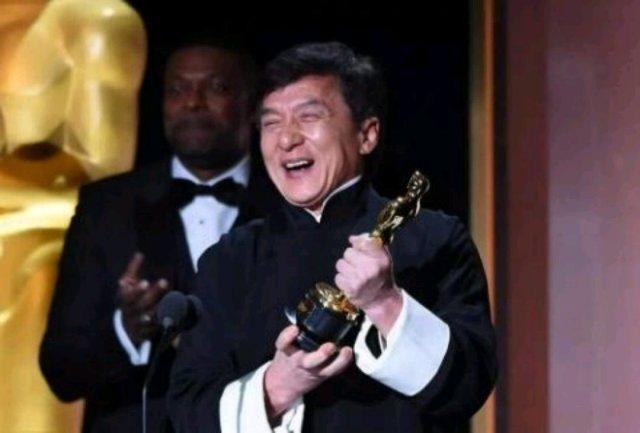 """成龙获得今年英国电影电视艺术学院""""大不列颠奖"""",同时也是继黑泽明、萨蒂亚吉特•雷伊、宫崎骏后第四位获此殊荣的亚洲人。除此之外,成龙还获得不少让人望尘莫及的荣誉和奖项。1、第89届奥斯卡金像奖终身成就奖2、大不列颠帝国勋章3、第34届亚洲太平洋地区电影节特殊荣誉奖4、法国艺术与文学骑士勋章5、卓越国际成就奖6、全美中国博物馆世界遗产奖7、欧盟全球多样奖8、印度国际电影节国际成就奖9、美国总统运动奖10、Asian Cinevision终身成就奖"""