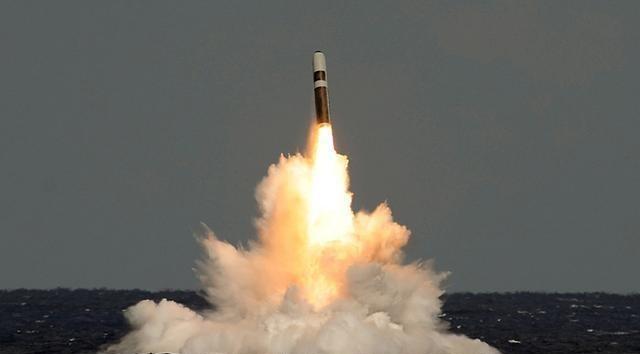 """美国海军一直改进""""三叉戟""""系列弹道导弹,目前最新型号为""""三叉戟Ⅱ""""型弹道导弹,该导弹最大射程为12000公里。12000公里啥概念呢?中美两国的中心的纬度距离约在1.2万公里。"""